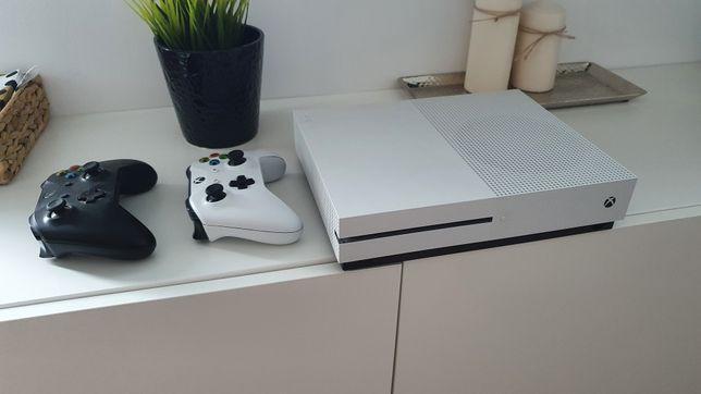 Xbox One S 500Gb + 2 pady + gry