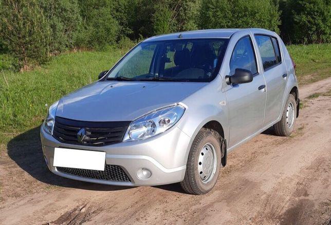 Серебристый Renault Sandero 1.4 МТ 2013