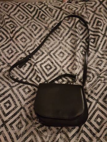 Czarna torba z łańcuszkami po bokach