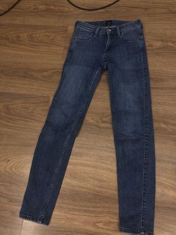 Jeansy Lee W24 L31 model scarlett