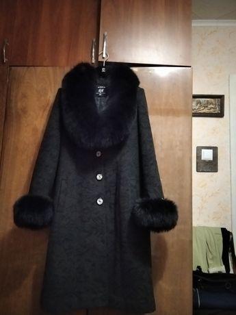 Продам пальто,чорного кольору з відстібним воротніком і манжетами.