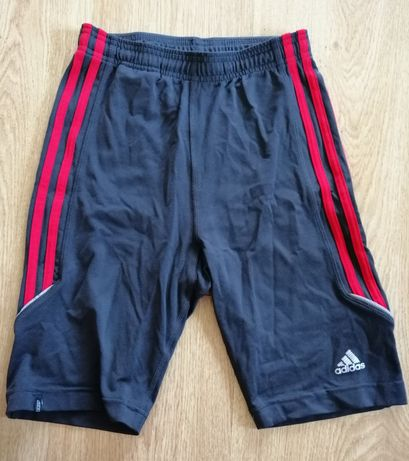 Krótkie spodenki Adidas.