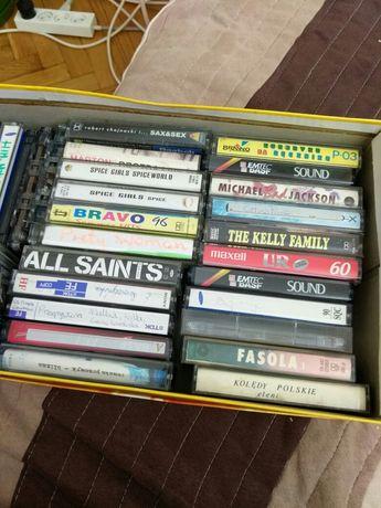 Płyty CD z zespołami i kasety magnetofonowe.