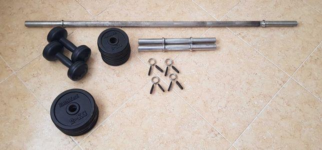 Barras, halteres e discos de musculação