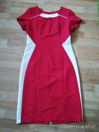 Elegancka malinowa sukienka z białymi wstawkami