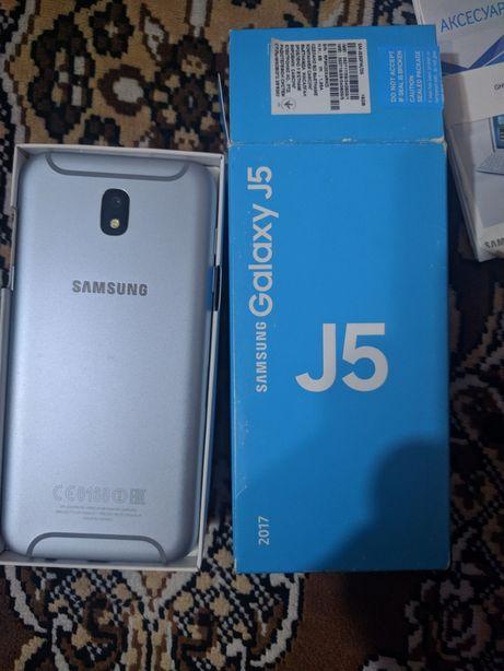 Смартфон Samsung J530