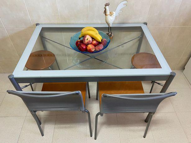 Mesa de cozinha em metal e vidro