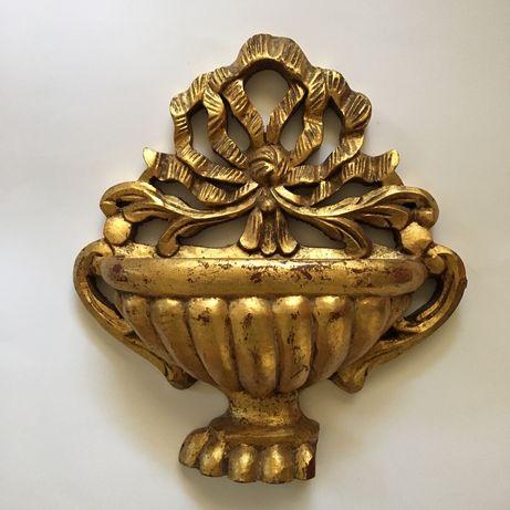 Peça decorativa com talha dourada