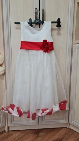 Дитяча сукня, бiленька з квiткою на поясi