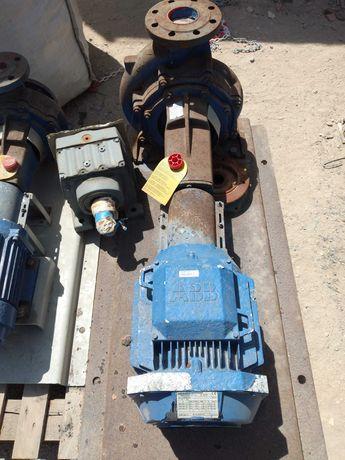 Motor eléctrico com bomba de agua