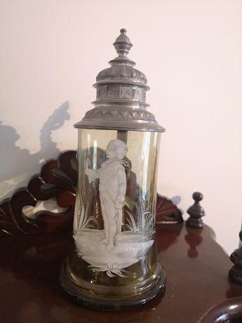 Rara caneca em vidro de cor âmbar, com pintura Mary Gregory