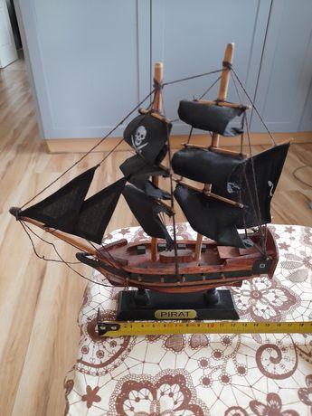 Dwa modele okrętów.