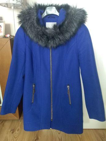 Płaszcz damski z futrzanym kołnierzem firmy Tango niebieski rozm. 40