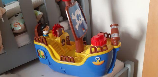 Duży statek z klockami.