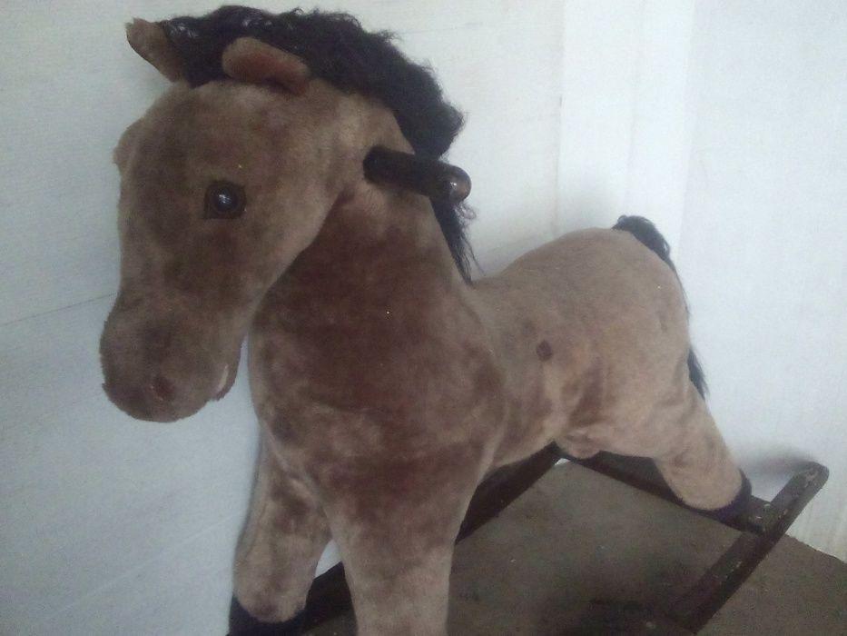 Cavalo de baloiço antigo