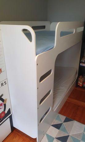 Łóżko piętrowe białe.