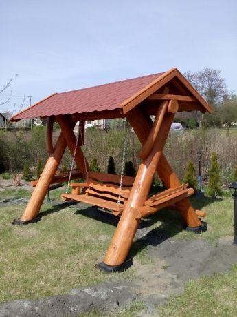 Huśtawka ogrodowa drewniana z dachem z bali producent meble ogrodowe
