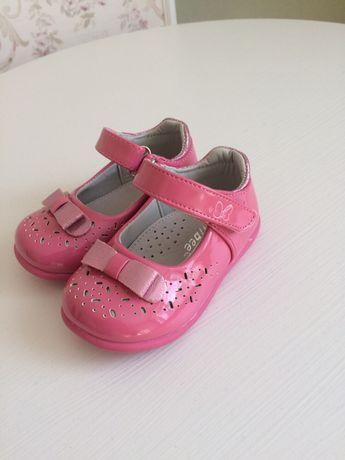Продам детские лаковые, нарядные розовые туфли,туфли на годик, Clibee.