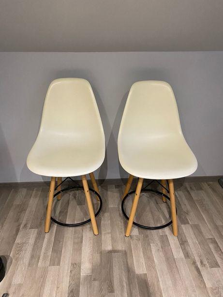 Kremowe krzesła barowe