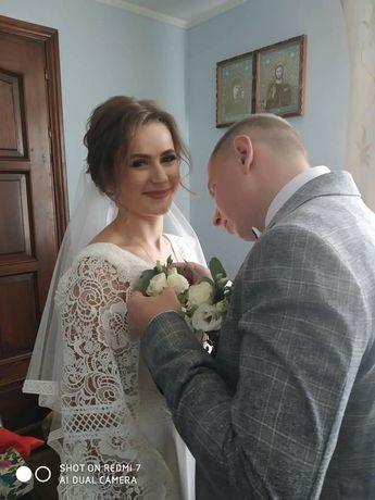 Весільна сукня, стильна, прямого пошиву без кілець.