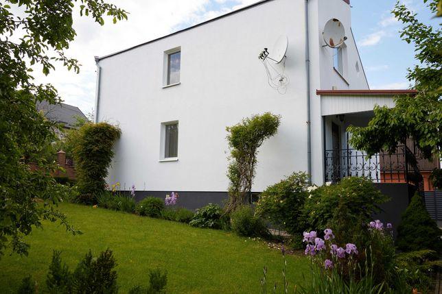 Компактний будинок з ремонтом та територією з ландшафтним дизайном