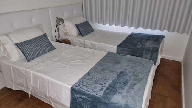 Apartamento Faculd Fernando Pessoa  quarto com 2 camas e sala com sofá