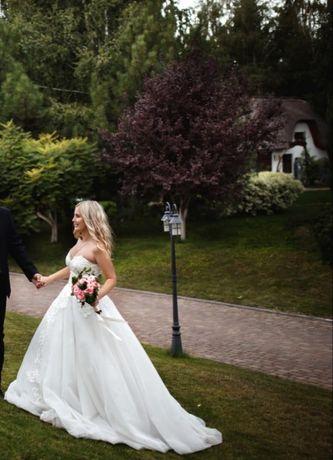 Свадебное платье с вышивкой и шлейфом