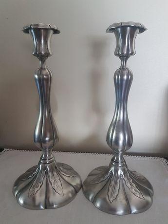 Par de candelabros em estanho, alt.30 cm.