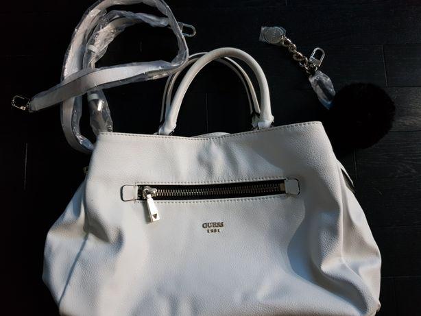 Guess biała skórzana torebka z paskiem i pomponem stan idealny