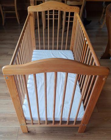 Łóżeczko drewniane z materacem i pościelą