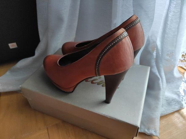 Skórzane buty na obcasie Karino r.39
