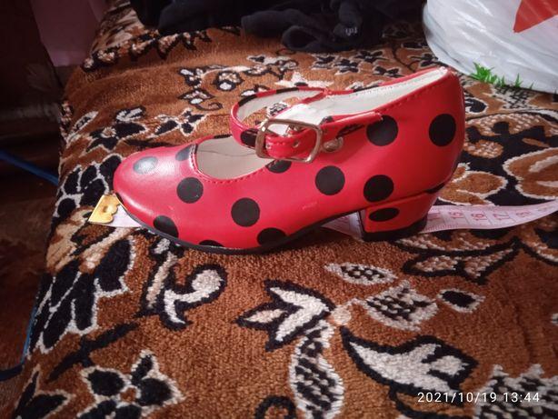 Продам туфли и кеды