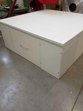 Подиум для кресла, маникюрные столы, мебель для салонов.