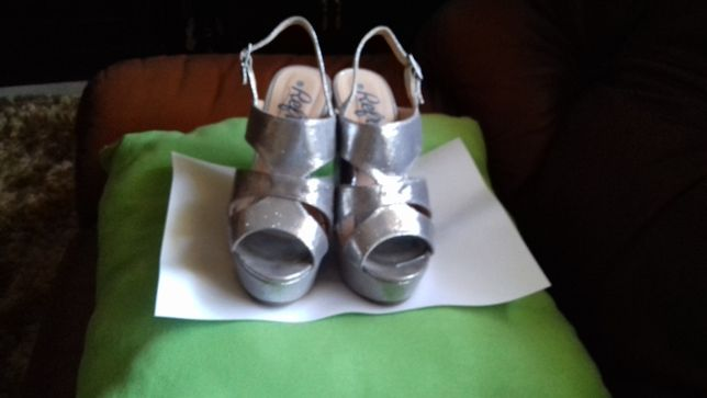 Sandálias T: 35 Cor: prata