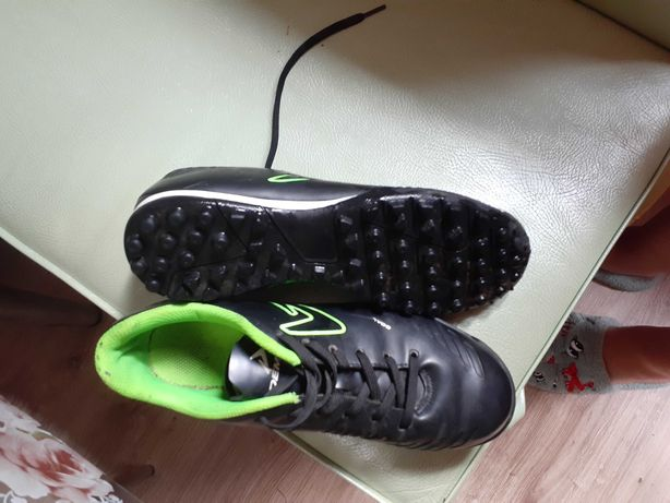 Продам взуття для футболу