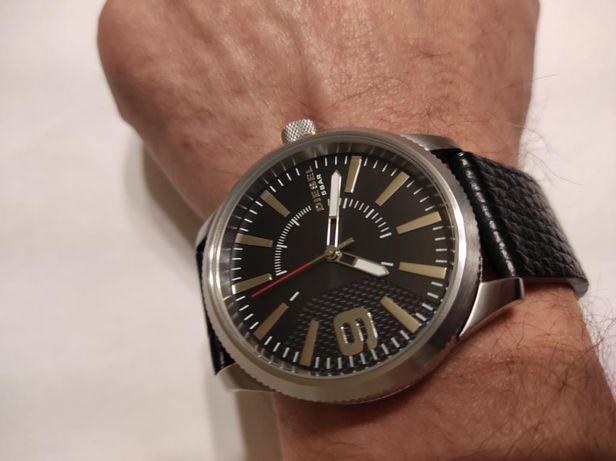 В хорошем состоянии мужские часы DIESEL