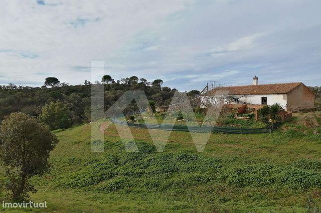 Quinta de 13 hectares com moradia de 218m2 para recuperar e ruína em L