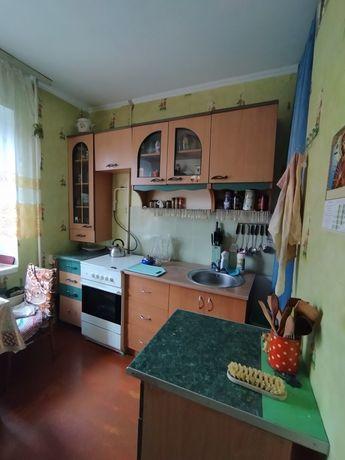 Продам квартиру на середньому поверсі