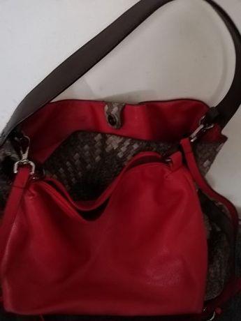 torebka z czerwonym wnętrzem
