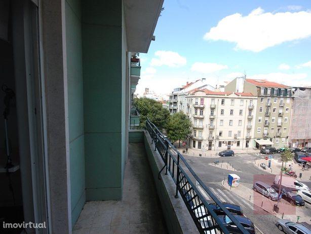 Apartamento T4 mobilado com 2 varandas na zona de Arroios