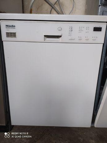 Професійна посудомийна машина Miele Professional G 8050.