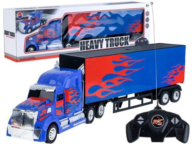 Duży TIR z naczepą na pilota Ciężarówka