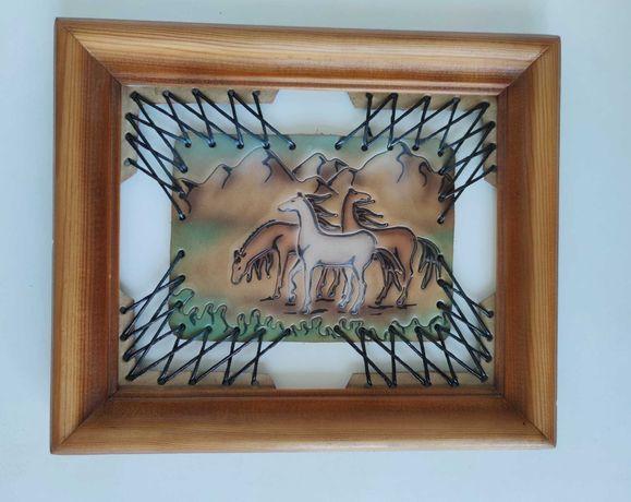 Картина лошади на коже