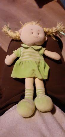 Pluszowa lalka i piłeczka