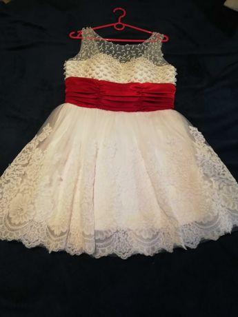 Biala, krótka sukienka ślubna, ślub cywilny, czerwone dodatki.