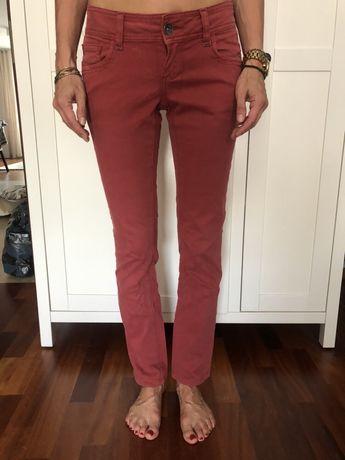 Malinowe czerwone spodnie rurki z niskim stanie 36 S Promod