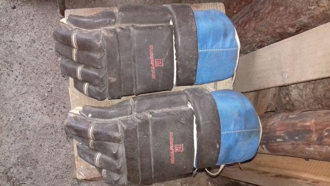 Перчатки хоккейные, обе левые