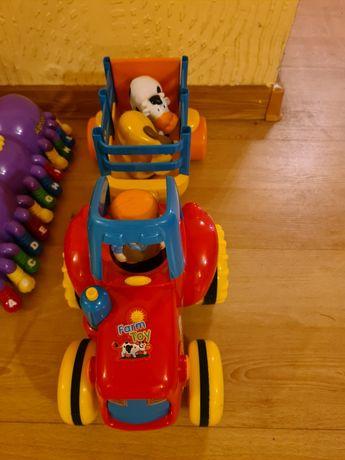 Traktor z przyczepką , grająca stonoga , wóz strażacki