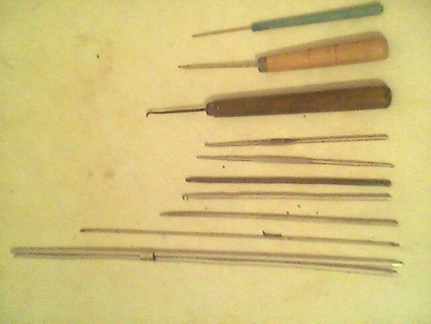 Спицы разные ,крючки для вязания, булавки для набора петель,пяльца.