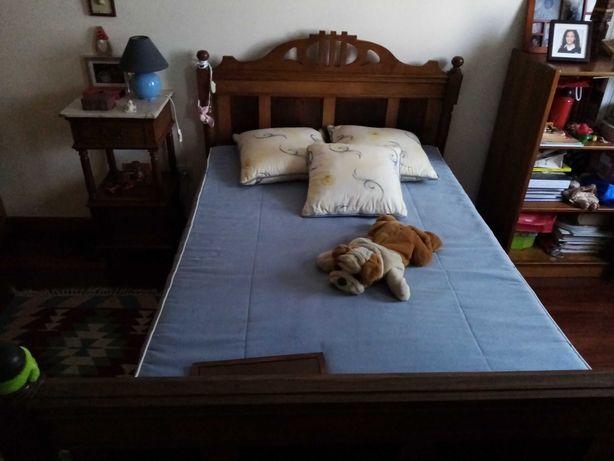 Mobilia de quarto: cama, mesinha cabeceira e guarda fatos